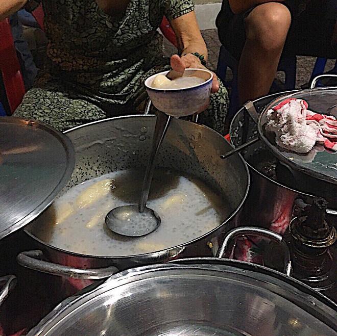 Giữa Sài Gòn hoa lệ, có một quán chè bán đêm hơn 40 năm nay vẫn thắp sáng bằng đèn dầu - Ảnh 5.