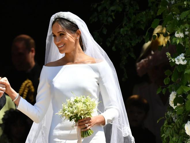 Thật tình cờ và thật bất ngờ, váy cưới của Meghan Markle giống hệt váy Jennifer Lopez mặc từ 17 năm trước - Ảnh 5.