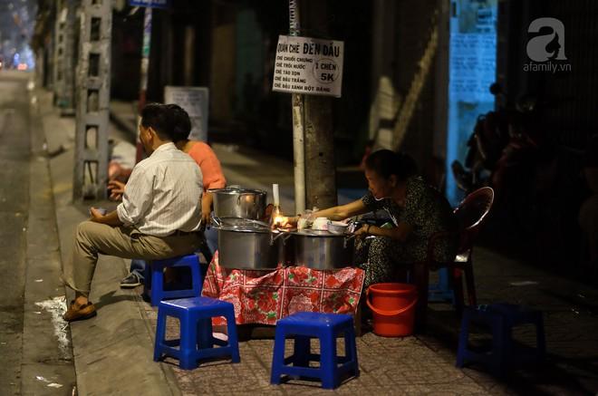 Giữa Sài Gòn hoa lệ, có một quán chè bán đêm hơn 40 năm nay vẫn thắp sáng bằng đèn dầu - Ảnh 1.