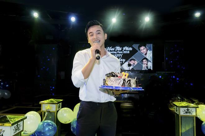 Thầy giáo mưa Mai Tài Phến cực điển trai, đón sinh nhật ấm áp cùng fan - Ảnh 4.