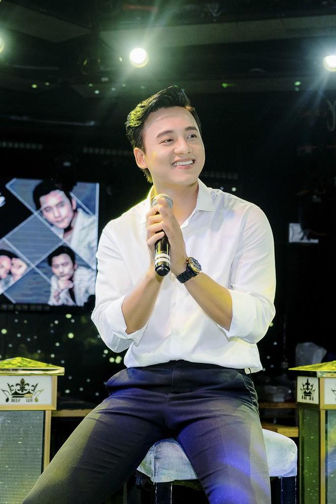 Thầy giáo mưa Mai Tài Phến cực điển trai, đón sinh nhật ấm áp cùng fan - Ảnh 2.