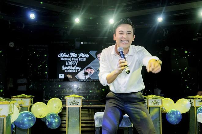 Thầy giáo mưa Mai Tài Phến cực điển trai, đón sinh nhật ấm áp cùng fan - Ảnh 3.
