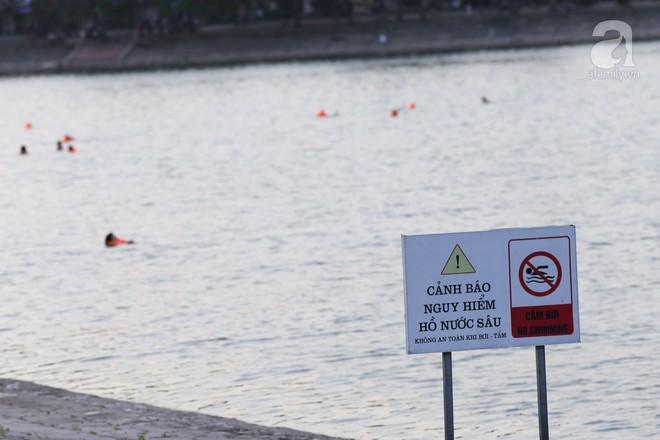 Người dân ra đài phun nước, sông hồ để giải nhiệt bất chấp nguy hiểm - Ảnh 1.