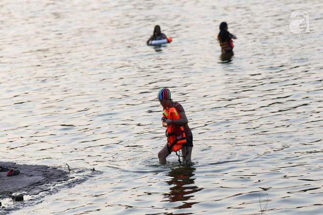 Người dân ra đài phun nước, sông hồ để giải nhiệt bất chấp nguy hiểm - Ảnh 5.