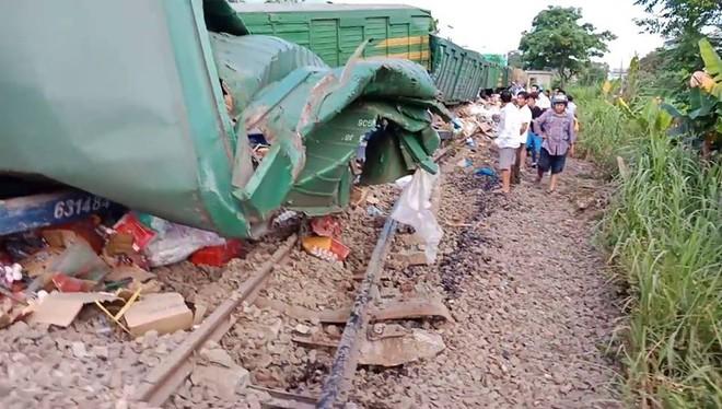 Hiện trường vụ tai nạn hai tàu hỏa chở hàng tông nhau khiến 3 toa tàu bị lật - Ảnh 5.