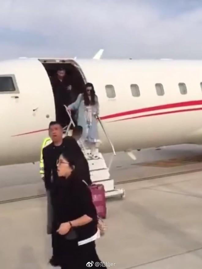 Xứng đáng với danh xưng giàu có nhất nhì showbiz Hoa ngữ, Phạm Băng Băng lại xuất hiện sang chảnh bằng máy bay riêng  - Ảnh 2.