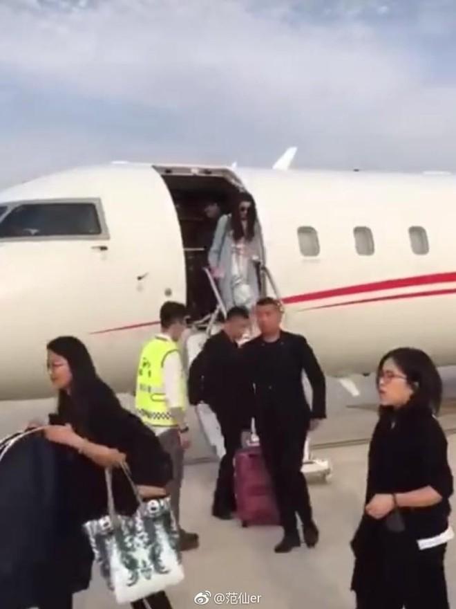 Xứng đáng với danh xưng giàu có nhất nhì showbiz Hoa ngữ, Phạm Băng Băng lại xuất hiện sang chảnh bằng máy bay riêng  - Ảnh 4.