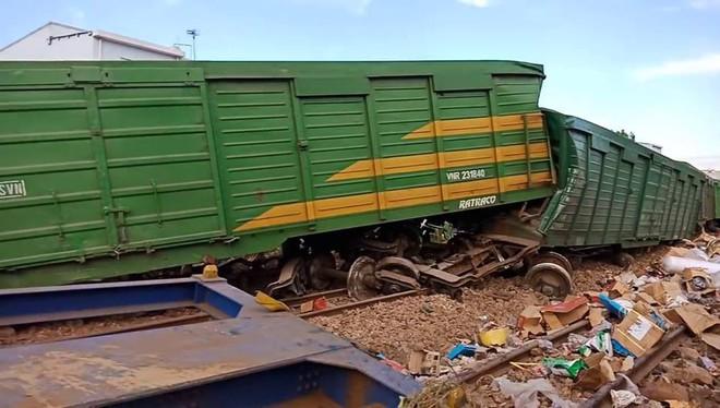 Hiện trường vụ tai nạn hai tàu hỏa chở hàng tông nhau khiến 3 toa tàu bị lật - Ảnh 7.