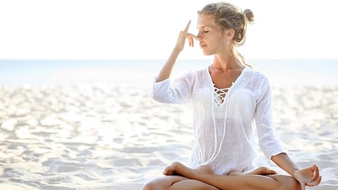 Những tư thế yoga hoàn hảo cho ngày mới tràn đầy năng lượng - Ảnh 3.