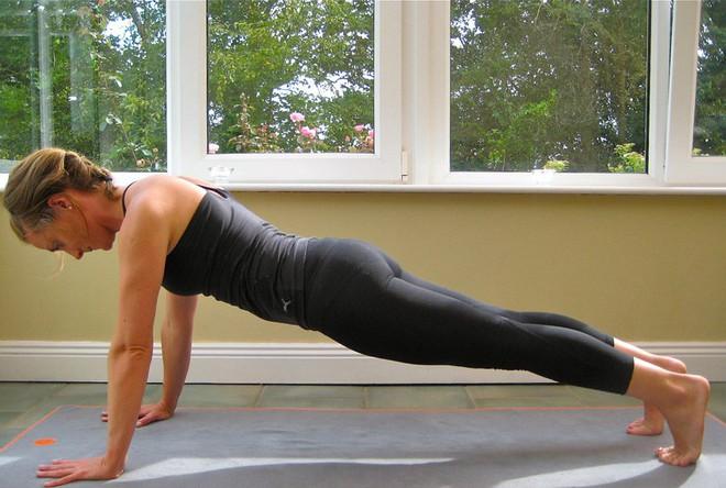Những tư thế yoga hoàn hảo cho ngày mới tràn đầy năng lượng - Ảnh 7.