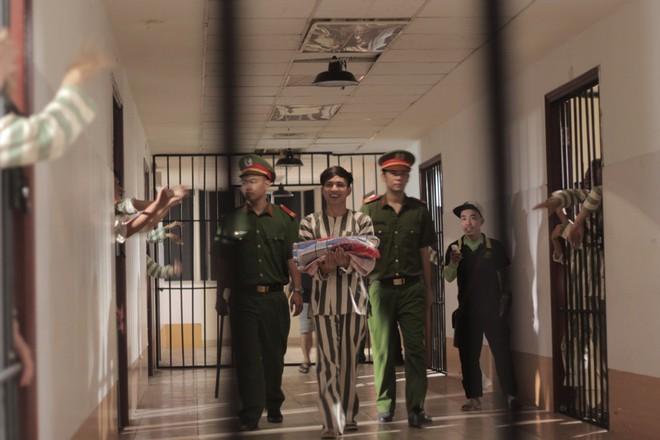 """""""Đại ca xóm nghèo"""" Hồ Quang Hiếu đại náo giang hồ khiến fan đứng ngồi không yên - Ảnh 5."""