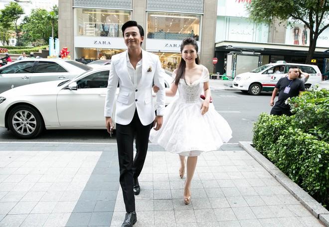 Mai Tài Phến - Hương Tràm tay trong tay, ngọt ngào ra mắt Em gái mưa bản điện ảnh - Ảnh 2.