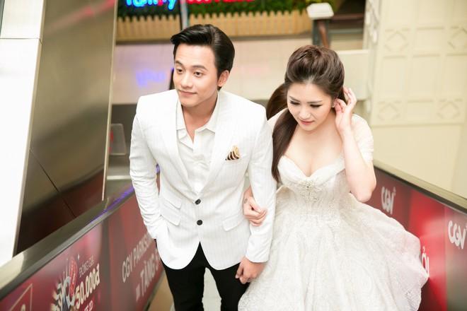 Mai Tài Phến - Hương Tràm tay trong tay, ngọt ngào ra mắt Em gái mưa bản điện ảnh - Ảnh 3.