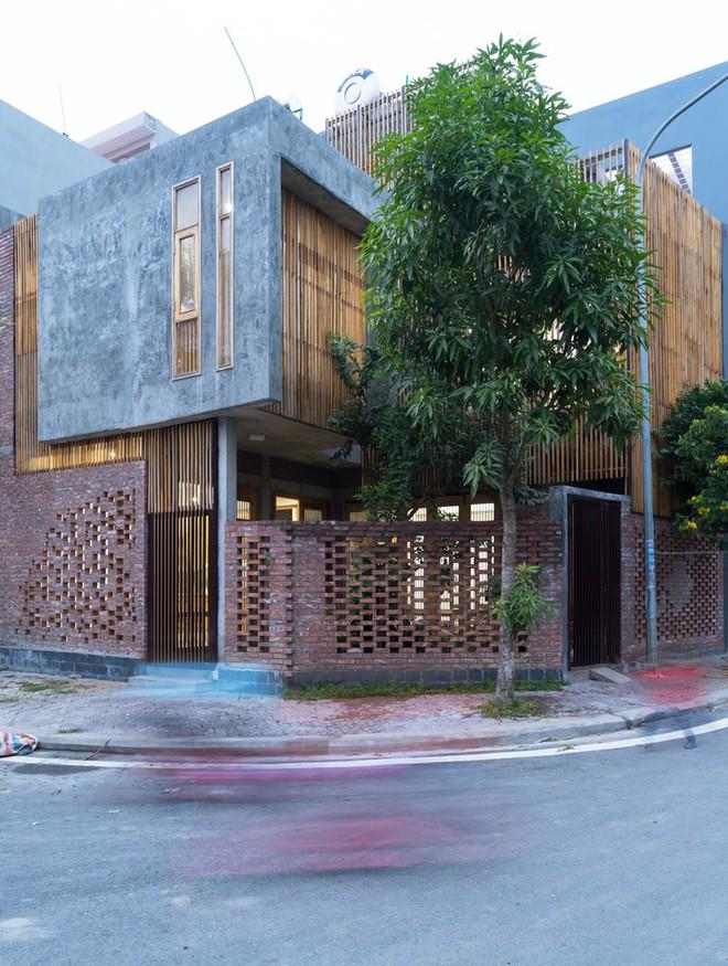 Ngôi nhà mặt tiền toàn gạch mộc và lam gỗ ở Hải Dương nổi bật trên báo Tây - Ảnh 2.