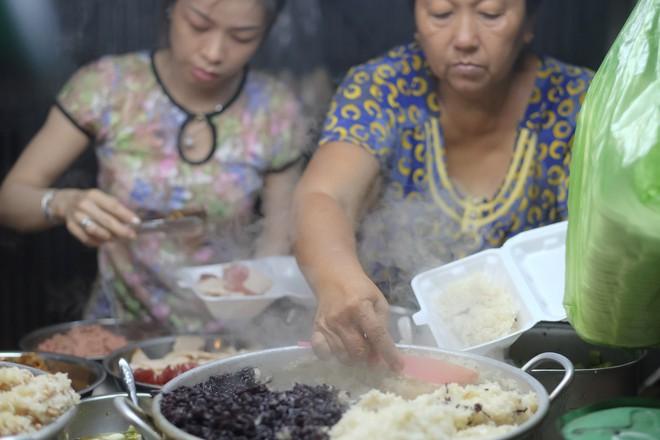 3 quán chè, bánh bán đến rất khuya cho những người hảo ngọt lại mê ăn đêm ở Sài Gòn - Ảnh 7.