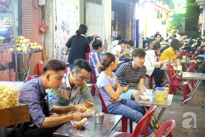 3 quán chè, bánh bán đến rất khuya cho những người hảo ngọt lại mê ăn đêm ở Sài Gòn - Ảnh 9.