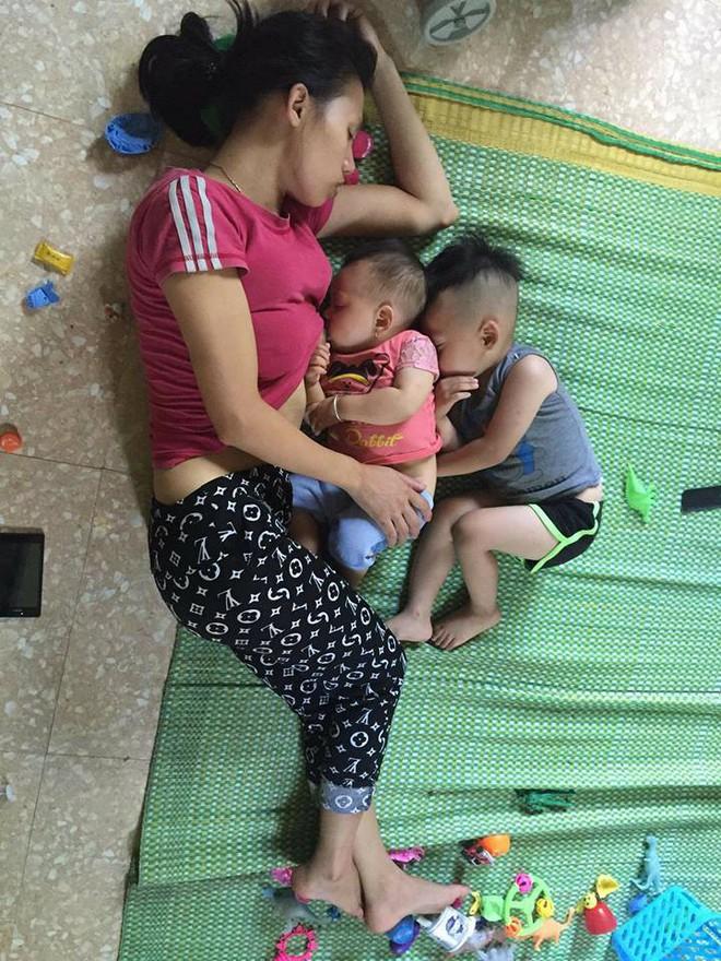 Phía sau bức ảnh mẹ ngủ quên khi cho con nhỏ bú, con lớn rúc vào lưng em là câu chuyện lay động bao trái tim phụ nữ - Ảnh 1.