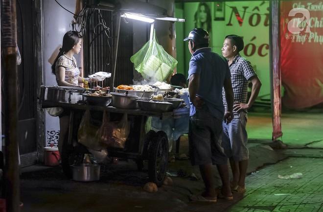 3 quán chè, bánh bán đến rất khuya cho những người hảo ngọt lại mê ăn đêm ở Sài Gòn - Ảnh 1.