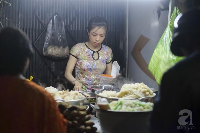 3 quán chè, bánh bán đến rất khuya cho những người hảo ngọt lại mê ăn đêm ở Sài Gòn - Ảnh 2.