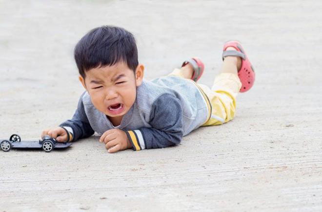 Có 4 biện pháp khoa học trị dứt điểm những cơn mè nheo, khóc lóc, ăn vạ của trẻ - Ảnh 1.
