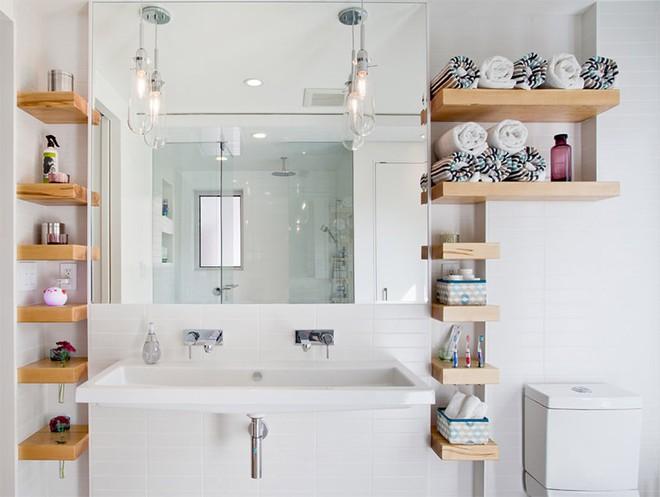 4 mẹo dễ như ăn kẹo, ai cũng làm được để tận dụng tối đa không gian phòng tắm nhỏ - Ảnh 1.