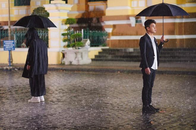 Hồ Quang Hiếu dầm mưa suốt đêm để chiều lòng fan hâm mộ - Ảnh 4.