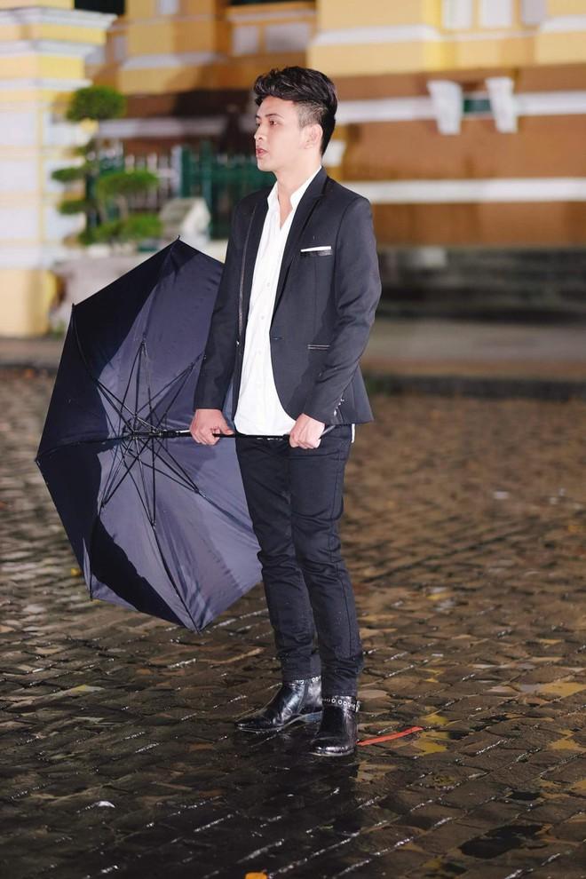 Hồ Quang Hiếu dầm mưa suốt đêm để chiều lòng fan hâm mộ - Ảnh 2.