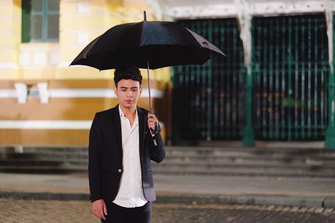 Hồ Quang Hiếu dầm mưa suốt đêm để chiều lòng fan hâm mộ - Ảnh 1.