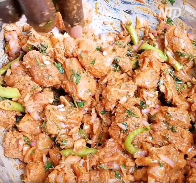Nhìn người dân bỏ thịt gà trong quả dưa hấu rồi nướng, ai cũng nhăn mặt nhưng không ngờ đây là món ăn cực ngon của một nước châu Á - Ảnh 2.
