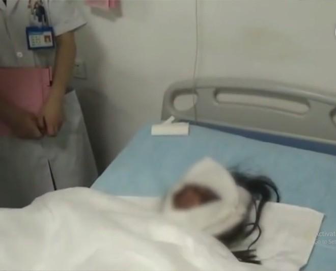 Toàn thân bỏng nặng nhưng hành động này của người mẹ trẻ đã khiến cả mạng xã hội đều không kìm được nước mắt - Ảnh 1.
