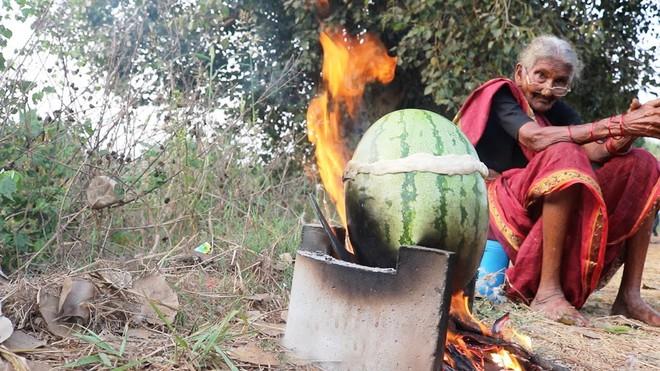 Nhìn người dân bỏ thịt gà trong quả dưa hấu rồi nướng, ai cũng nhăn mặt nhưng không ngờ đây là món ăn cực ngon của một nước châu Á - Ảnh 1.