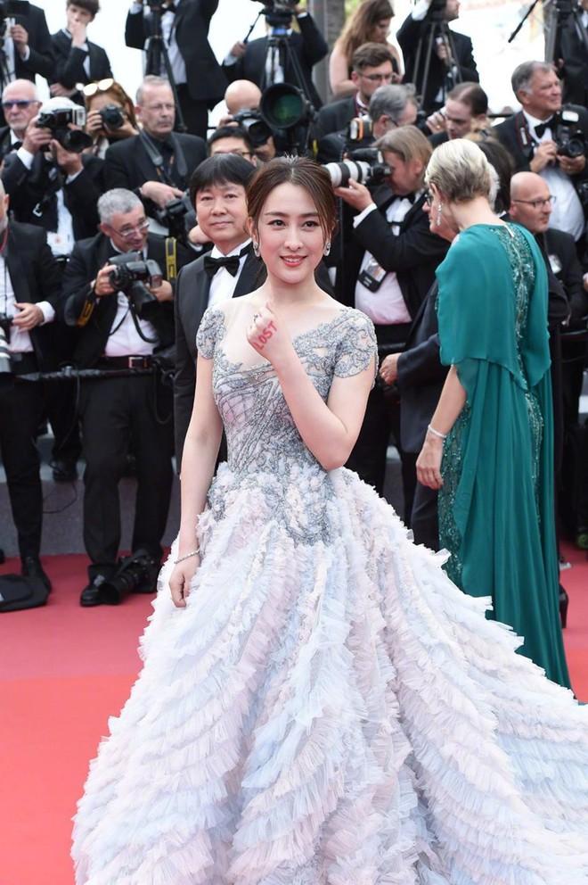Tú bà Mã Tô nhận vô số chỉ trích vì quyết bám thảm đỏ Cannes tới 6 phút, bị BTC đuổi cũng nhất quyết không rời đi - Ảnh 1.