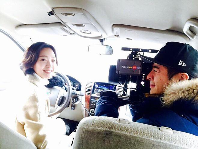 Khoảnh khắc cũ bỗng gây sốt: Mĩ nữ Goblin bị lu mờ bởi anh quay phim đẹp hệt Nichkhun và Go Soo - Ảnh 1.