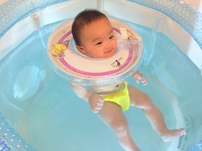 Phao bơi đỡ cổ - món đồ bé nào cũng dùng nhưng không an toàn như các mẹ vẫn tưởng - Ảnh 2.
