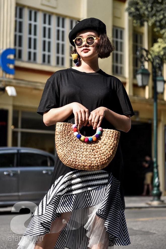 Mốt váy hạ cạp của Chi Pu được ứng dụng ngay trong street style của các quý cô miền Bắc tuần này - Ảnh 4.