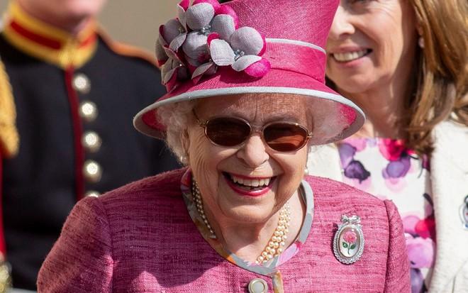 Ai cũng thắc mắc tại sao gần đây Nữ hoàng Anh liên tục đeo kính râm, thì ra là vì lý do này đây - Ảnh 4.