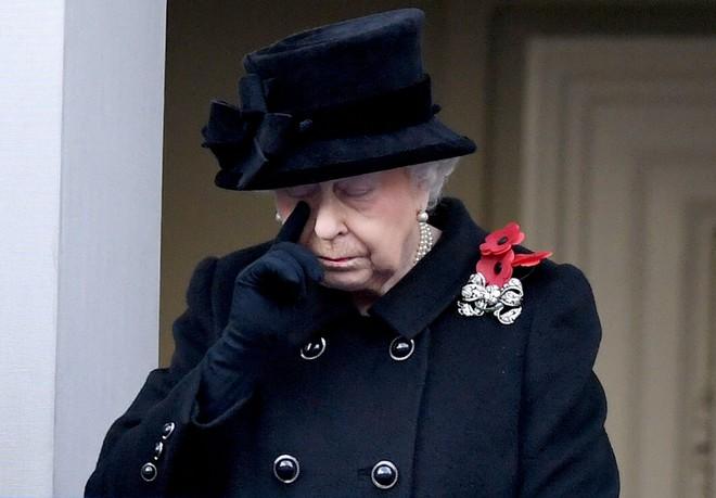 Ai cũng thắc mắc tại sao gần đây Nữ hoàng Anh liên tục đeo kính râm, thì ra là vì lý do này đây - Ảnh 5.