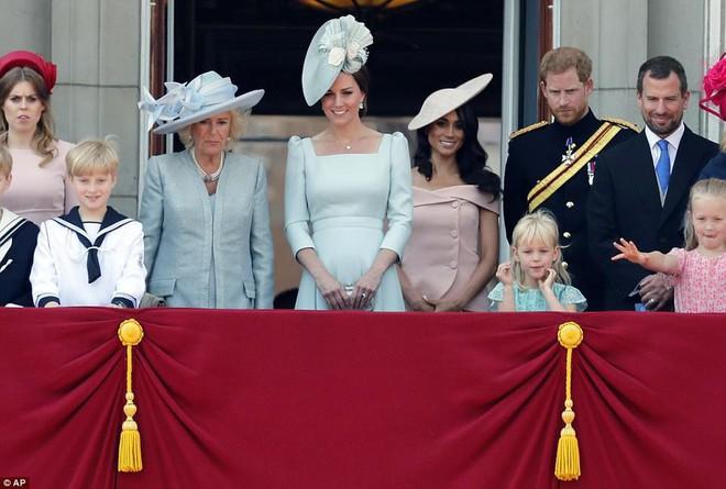 Ai cũng thắc mắc tại sao gần đây Nữ hoàng Anh liên tục đeo kính râm, thì ra là vì lý do này đây - Ảnh 1.