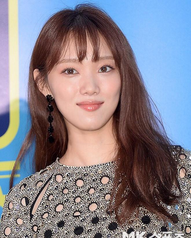 """Đây chắc chắn là đôi khuyên tai """"hot"""" nhất xứ Hàn lúc này vì đang được cả loạt sao cùng diện - Ảnh 3."""