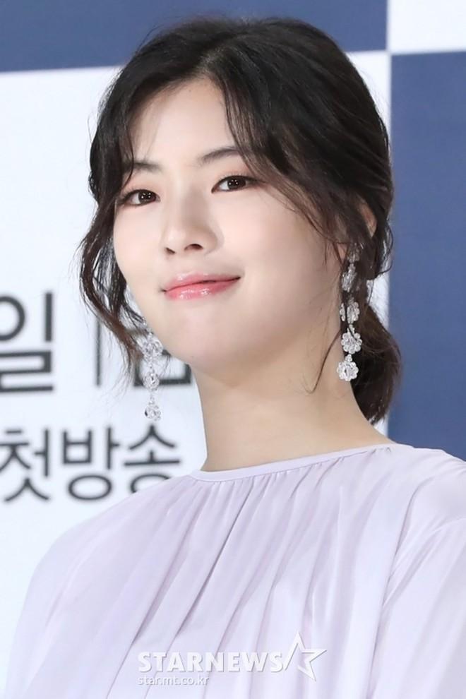 """Đây chắc chắn là đôi khuyên tai """"hot"""" nhất xứ Hàn lúc này vì đang được cả loạt sao cùng diện - Ảnh 6."""