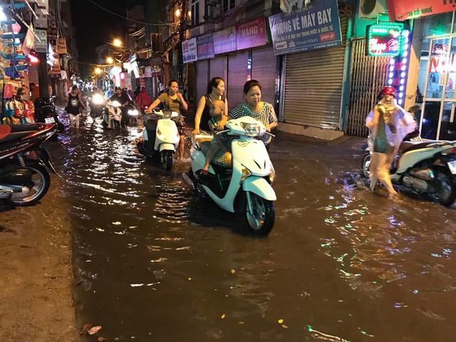 Hà Nội: Mưa to gần 1h, hàng trăm người phải dắt bộ xe, lội bì bõm về nhà trong đêm - Ảnh 1.