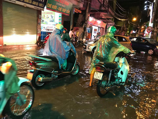 Hà Nội: Mưa to gần 1h, hàng trăm người phải dắt bộ xe, lội bì bõm về nhà trong đêm - Ảnh 2.