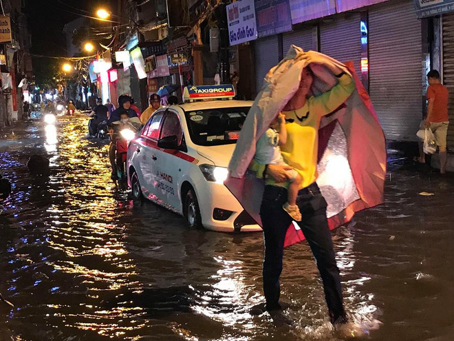 Hà Nội: Mưa to gần 1h, hàng trăm người phải dắt bộ xe, lội bì bõm về nhà trong đêm - Ảnh 3.