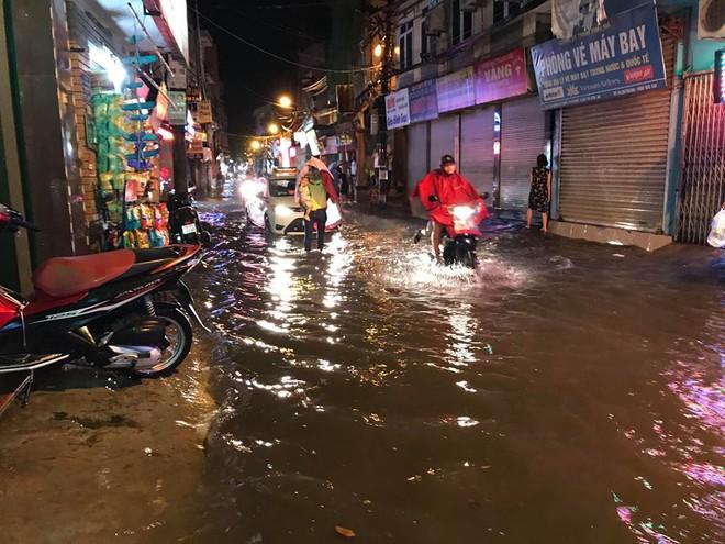 Hà Nội: Mưa to gần 1h, hàng trăm người phải dắt bộ xe, lội bì bõm về nhà trong đêm - Ảnh 4.