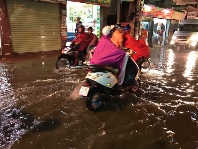 Hà Nội: Mưa to gần 1h, hàng trăm người phải dắt bộ xe, lội bì bõm về nhà trong đêm - Ảnh 5.