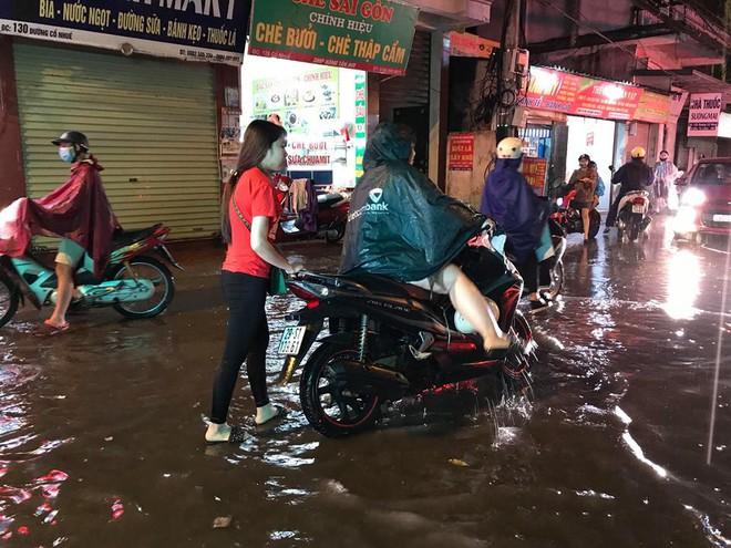Hà Nội: Mưa to gần 1h, hàng trăm người phải dắt bộ xe, lội bì bõm về nhà trong đêm - Ảnh 6.