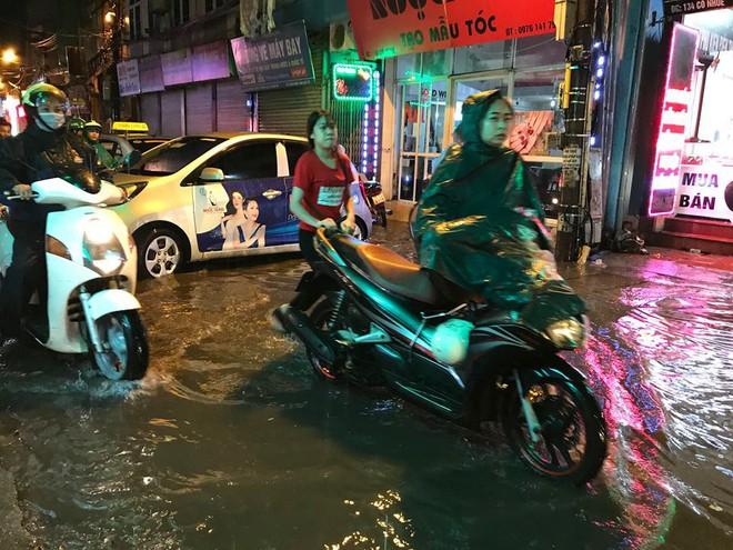 Hà Nội: Mưa to gần 1h, hàng trăm người phải dắt bộ xe, lội bì bõm về nhà trong đêm - Ảnh 7.