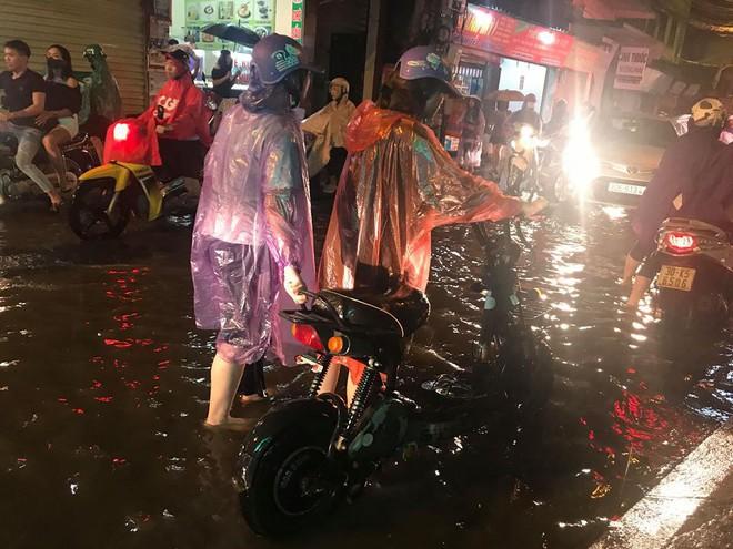Hà Nội: Mưa to gần 1h, hàng trăm người phải dắt bộ xe, lội bì bõm về nhà trong đêm - Ảnh 8.