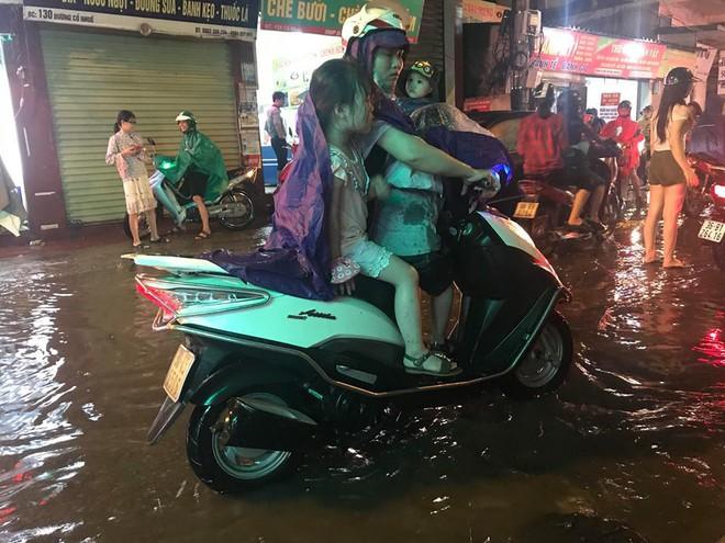 Hà Nội: Mưa to gần 1h, hàng trăm người phải dắt bộ xe, lội bì bõm về nhà trong đêm - Ảnh 9.
