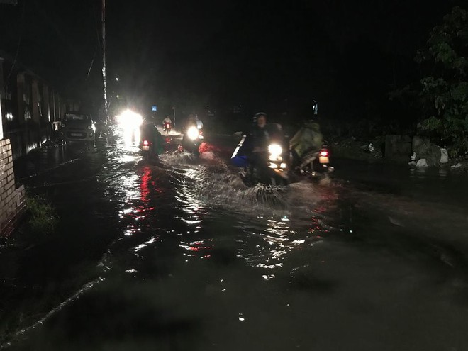 Hà Nội: Mưa to gần 1h, hàng trăm người phải dắt bộ xe, lội bì bõm về nhà trong đêm - Ảnh 13.
